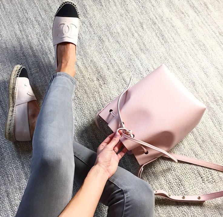Street Style   Espadrilles Chanel e bucket bag Mansur Gavriel, bolsa balde