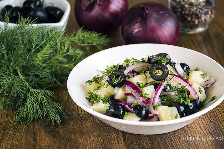 Картофельный салат с маслинами -   Картофельный салат - это такая окрошка без кваса по сути. Картофельные салаты в нашей семье очень-но уважаю я. Во-первых вкусно, во-вторых питательно, в-третьих быстро. Вот к примеру очень интересный постный вариант.  #пища #салат