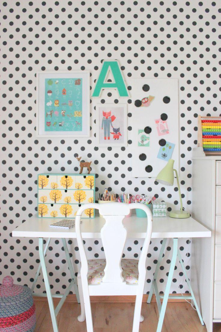 """Wir haben das Kinderzimmer der Großen neu renoviert. Hier schon mal ein kleiner Einblick auf ihren neuen Arbeitsplatz. Dieser mit der aufgepimpten mini Kommode """"Moppe"""" von Ikea. Liebe Grüße Christin"""