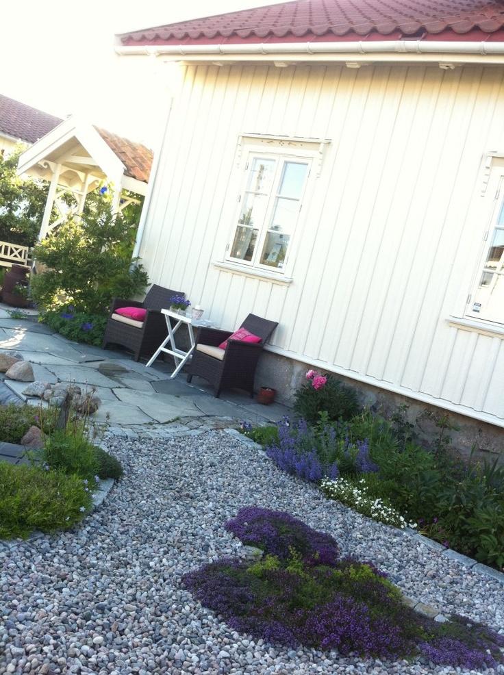 Sydvendt sitteplass - perfekt for morgenkaffe med utsikt over hage og dam.