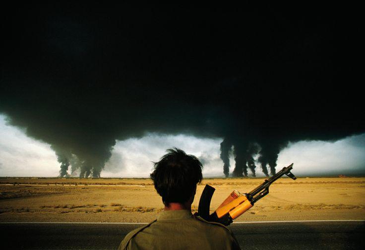 Fotografia - Autore: Tony Gentile - Descrizione: Fotografia - Autore: Henri Bureau - Descrizione: Uomo, soldanto, guerra, pozzi, petrolio, fiamme, fumo, cielo, paesaggio, testa, mitragliatore, man, soldanto - Stile: Colori