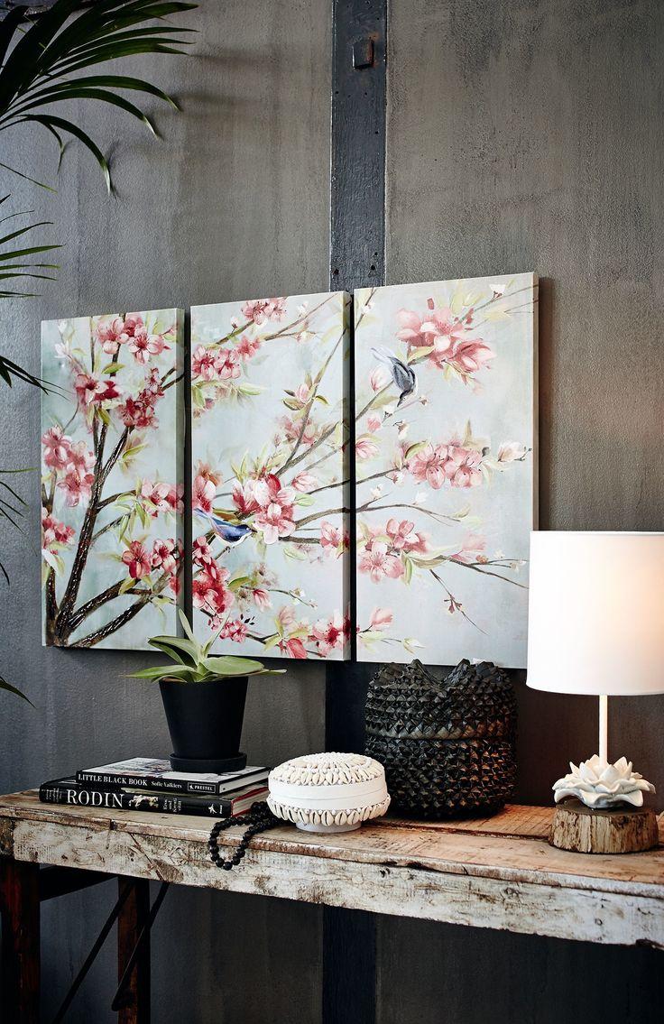 So kommt Frühlingsstimmung ins Haus: Der prachtvoll erblühte Kirschbaum, in wirkungsstarker 3-D-Optik originell auf 3 einzelne Bildelemente gedruckt, lädt mit seinen farbenfrohen Zweigen nicht nur die niedlichen Vögel im Motiv, sondern auch den Betrachter davor zum Verweilen ein.