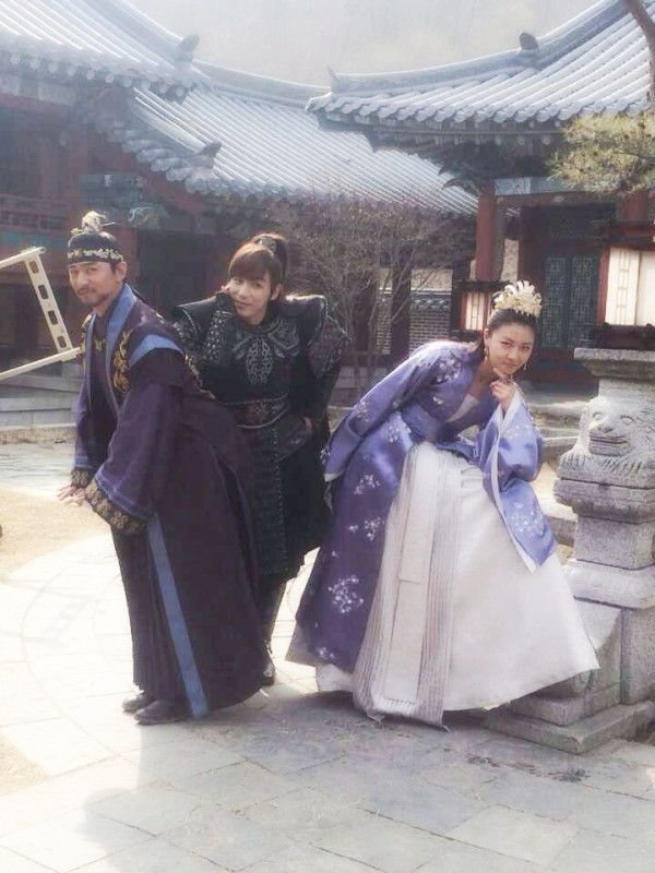 I love that purple #dress of Ha Ji Won !  (she's with Joo Jin Mo & Jin Yi Han on the set of #Empress #Ki)