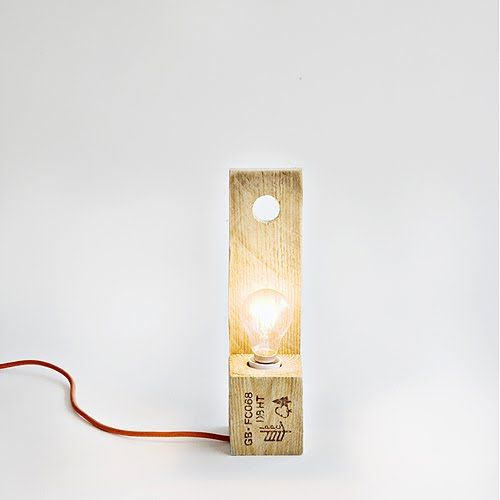 Lampara de sobremesa con madera reciclada de palet / Table lamp with recycled wood pallet