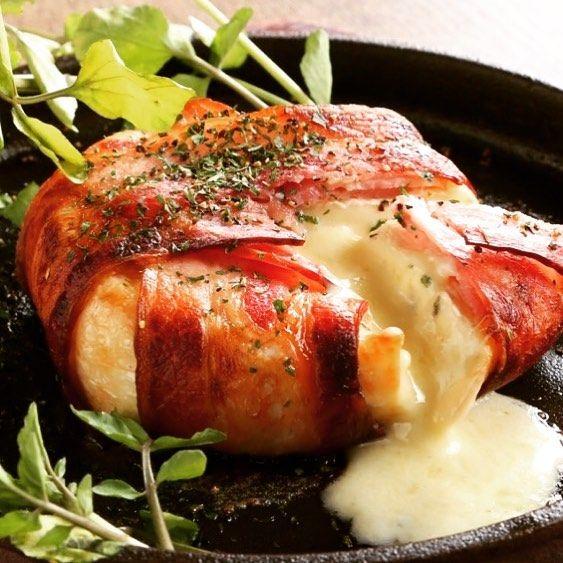 肉バルROSSOです🍖 北九州は台風一過。 爽やかな秋空での一週間のスタートです。 今週もよろしくお願い致します🍖🥂🎵 ベーコンの中からチーズがトロ〜リ🧀 どのお酒にも合う万能選手です🎵  #ROSSO #ロッソ #北九州 #小倉 #鍛冶町 #beef #肉 #肉バル #고기 #ステーキ #黒毛牛 #希少部位 #チーズ #ベーコン  #ランチ #ディナー  #wine #ワイン #赤 #白 #ビール #ハイボール #カクテル #kanpai #乾杯  #女子会 #宴会 #コンパ #デート #楽しい