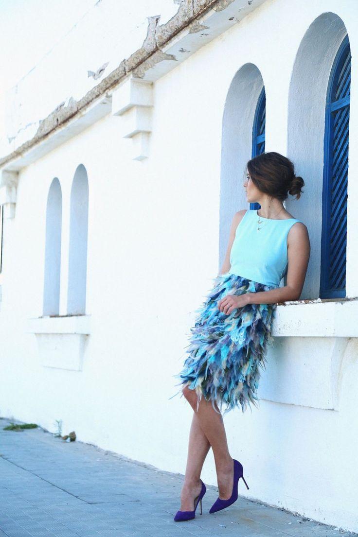 Vestido corto con top en color azul cielo y falda de plumas en varias tonalidades de azules y verdes #vestidoscortos #invitadasboda www.apparentia.com