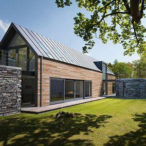 Mooi dak, en grijze stenen. Verhouding hout stenen zou anders moeten wat mij betreft.