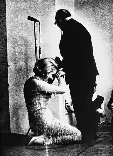 Читаем и смотрим: Мега-звезда Марлен Дитрих на коленях перед советск...