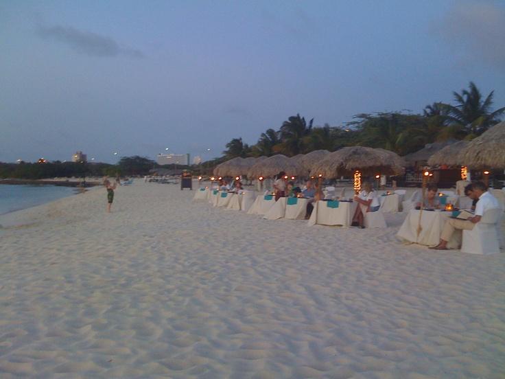 Aruba, cena in spiaggia,novembre. Lì funziona così...