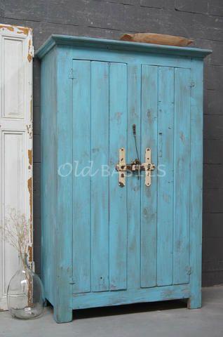 Stoere houten kast in een mooie aqua blauwe kleur. Op de latjes deuren zit een mooi robuust slot, in het rechter deel zit bovenin een kapstok. Een stoere kast voor op een jongenskamer!