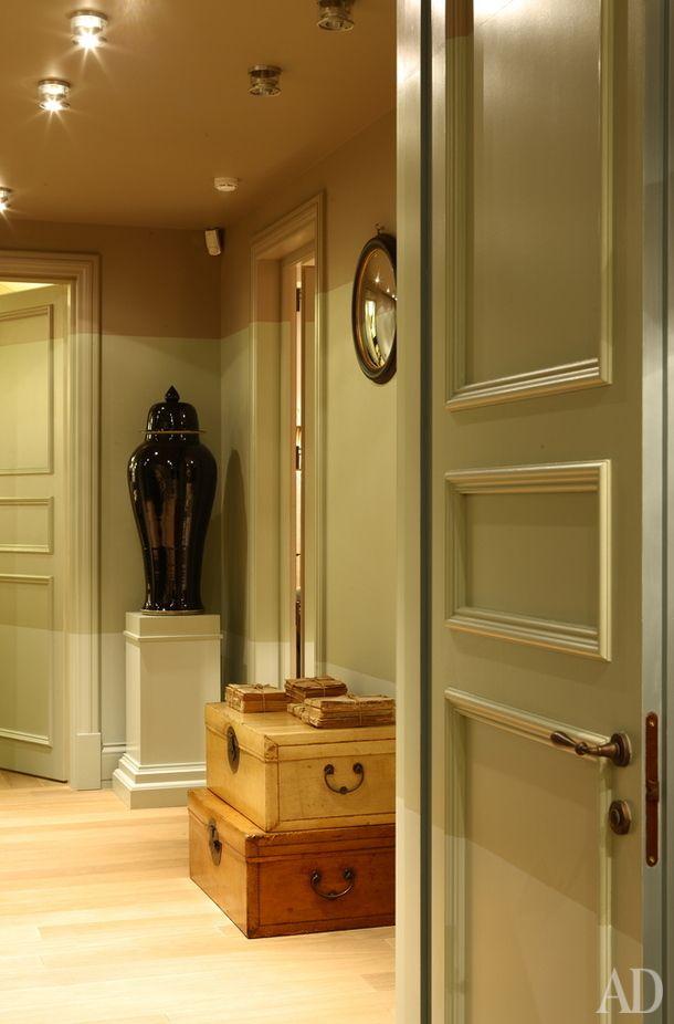 Холл второго этажа. Снимок сделан из главной спальни. Напротив находится детская, а справа — комната хозяйки. На сундуках — антикварные французские журналы.