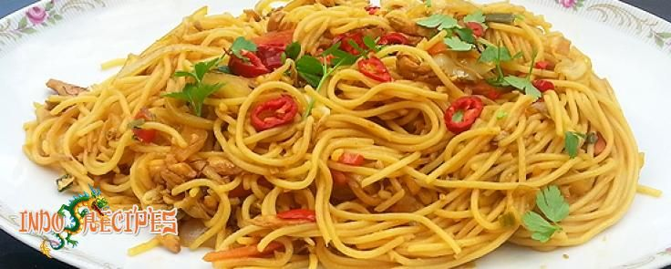 Bami Ayam Sayur - Pittige bami met kipfilet en verschillende groenten
