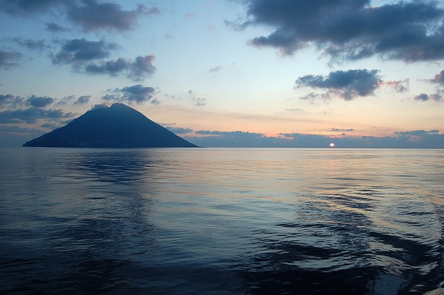 il tramonto saluta Stromboli