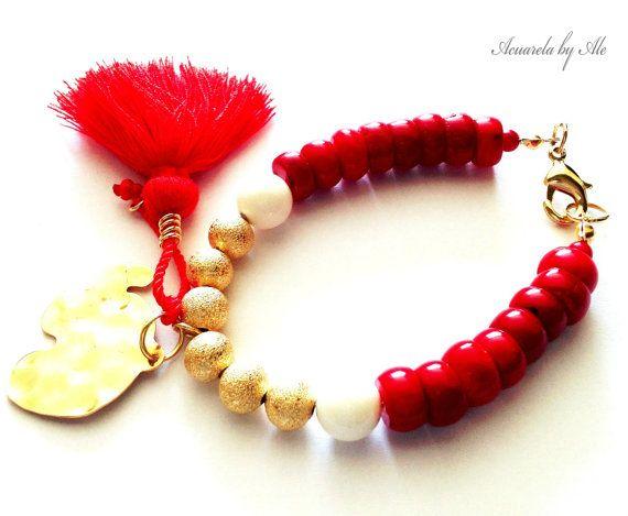 Esta pulsera delicada y significativa es una combinación de rojo coral, turquesa blanco y oro 14k lleno de granos, junto a un elefante de bronce (oro en bronce) encanto, incluye una borla roja. pulseras 1 Medida: 7.5 aprox Usted podrá estar tomando un accesorio Acuarela original, incluye etiqueta de marca y bolsa de regalo de algodón hecho a mano. Acuarela por Ale ¿Más pulseras? https://www.etsy.com/shop/AcuarelaAccessories?section_id=14010649 https://www.etsy.com/Your/shops/Acu...