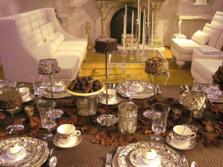 Thirteen Sandra Lee tablescapes were auctioned off, one per week, on eBay recently to benifit Share the Strength®. Flip through her dazzling designs.
