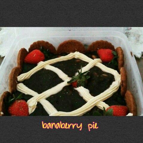 having fun with #banaberry  #pie ..woohoo! #banana #strawberry #pisang #stroberi #pai #chococream #chocolate #creamy #coklat #krim #coldfood #dessert #fun #sale by #order #jakarta #indonesia #homemade #madebylove #kudapansyorga