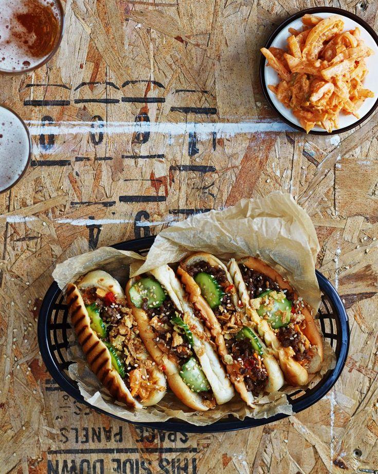 """Trendiruoka hot dog sopii loistavasti isolle porukalle -""""Hyviä idiksiä lihaisaan hodaripöytään ovat grillatut hedelmät ja hapankaali."""""""