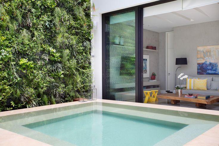Liberdade de morar em Ipanema. Veja o pq: https://casadevalentina.com.br/projetos/detalhes/liberdade-para-morar-em-ipanema-522  #details #interior #design #decoracao #detalhes #decor #home #casa #design #idea #ideia #charm #cozy #charme #aconchego #casadevalentina #neutral #neutro #balcony #varanda #pool #piscina