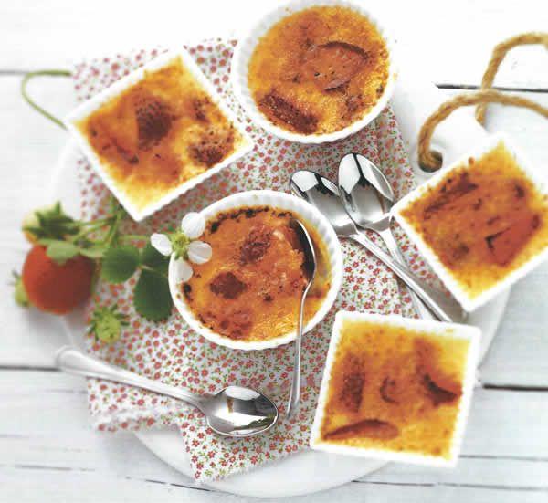 Recette Crème brûlée à la fraise Avec Thermomix  Ingrédients - 1 gousse de vanille, fendue en deux dans la longueur - 500 g de crème liquide - 300 g de fraises - 1 00 g de sucre roux - 6 jaunes d'oeufs Ustensile(s) : chalumeau de cuisine, ramequins à crème brûlée Préparation 1- Pré...