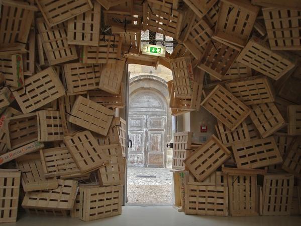 Kawamata: Gandamaison, une éphémère caverne faite de cagettes de bois à Versailles - archéologie du quotidien archéologie du futur