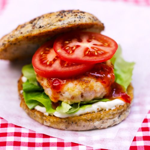 Garnelen-Burger mit Salat und Tomaten