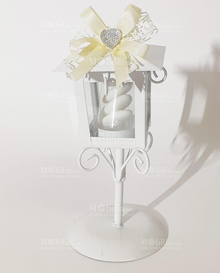 Bomboniere Matrimonio Lanterna Lampione con Cuore  di un meraviglioso color Bianco in vetro e metallo intagliato, confezionata con fiocchi panna è l'ideale per matrimonio e cerimonie.