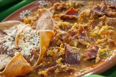 """Michoacán y su riqueza gastronómica fueron pieza clave en el nombramiento que la UNESCO dio a la cocina mexicana. Del libro """"Las Senadoras suelen guisar"""" editado en 1964 les comparto esta receta como la cocinaban en esos tiempos. INGREDIENTES 1/2 kilo de cecina 3 huevos 100 gramos de chile pasilla 1/2 kilo de tomate verde …"""