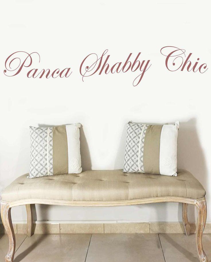 Panca Imbottita Shabby Chic  con struttura in legno effetto decapato e rivestimento in tessuto colore beige. Scopri le eccezionali ed esclusive promozioni su Mobilia Store