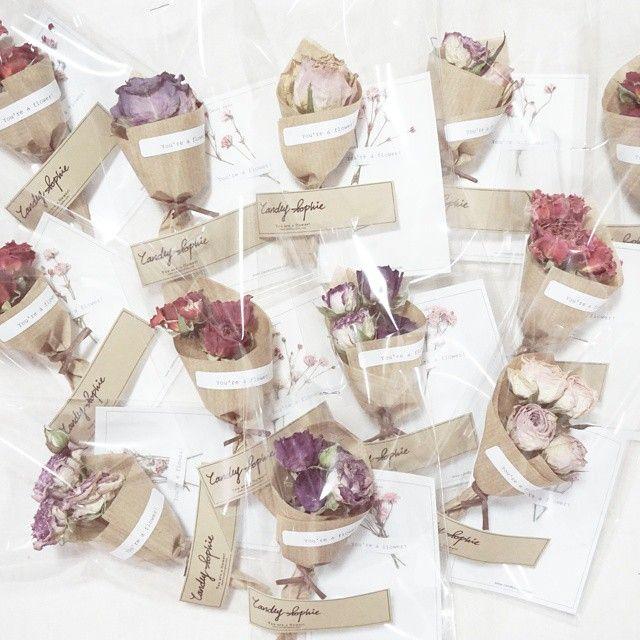 삼성생명 여직원 100분에게 전달 될 선물 =) 꽃카드와 드라이플라워 다발을 한 세트로 ✒ 그야말로 하나 하나 정성 가득! 캔들리마켓에서도 ♡ #꽃스타그램 #감성감성해 #꽃선물 #드라이플라워 #Youareaflower #CandlySophie