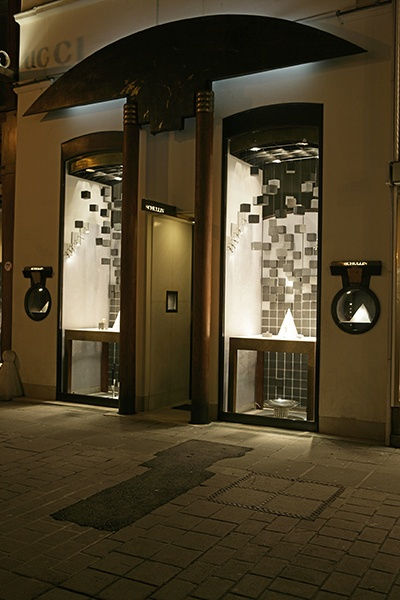 """Flying Rocks - Shop window design by Mohammad Ali Ziaei & Lukas Bast for """"Schullin Wien"""""""