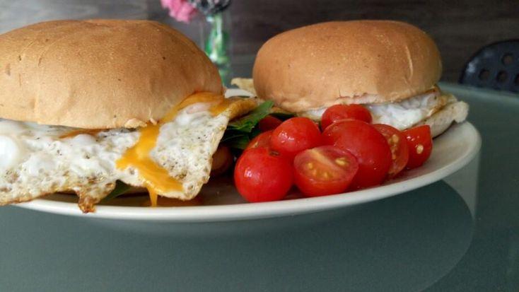 Ouă ochiuri cu spanac şi roşii: cum se fac. Reteta de sandvis cu oua ochiuri si spanac. Oua Dali. Oua ochiuri in chifla cu salata de rosii.