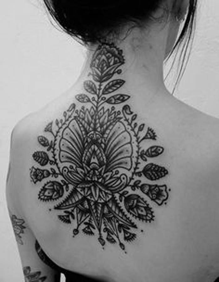 Idée tatouage : une rosace dans le dos - Les 40 plus beaux tatouages ...