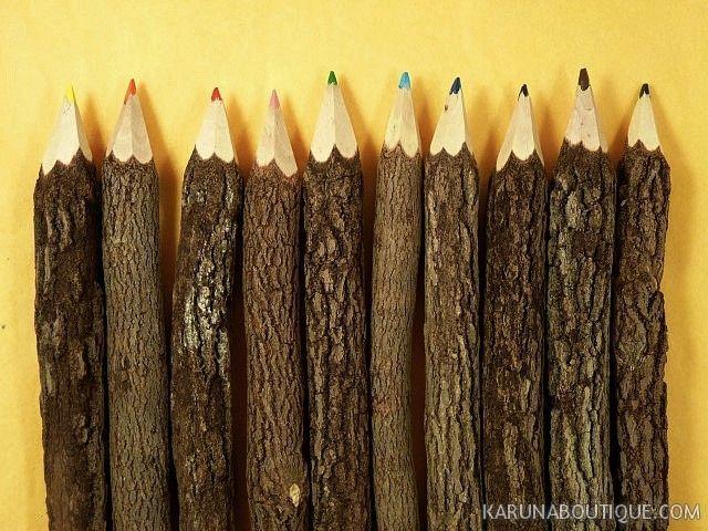 Crayons de couleur en branches d'arbre - Artisanat équitable.
