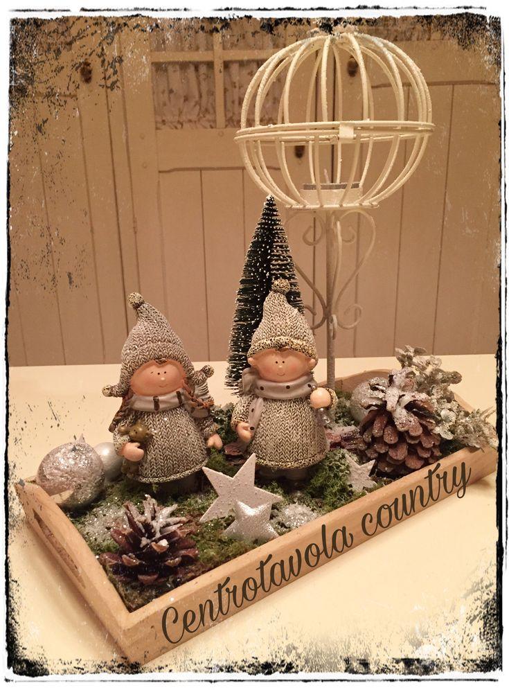 Centrotavola natalizio creato con muschio, lanterna, pupazzi in resina, stelline di legno e stoffa, neve e glitter.