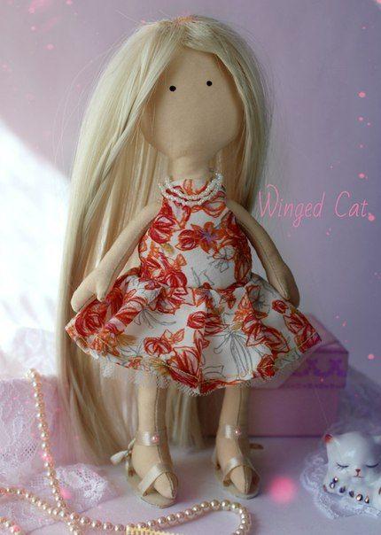 Кукла Большеножка, Мирослава Имеет 2 платья, босоножки и еще несколько маленьких вещиц! Вся одежда съемная. Волосы искусственные. Стоимость: 2500 руб