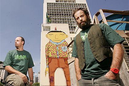 Os Gêmeos  é uma dupla de irmãos gêmeos idênticos grafiteiros de São Paulo, nascidos em 1974, cujos nomes reais ...