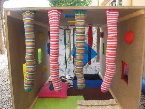 Tunnelspel:  Het kind moet kruipen door de tunnelparcour die vol hangt met gevulde kousenbroeken waar o.a. linzen, noten, watten in  zitten.