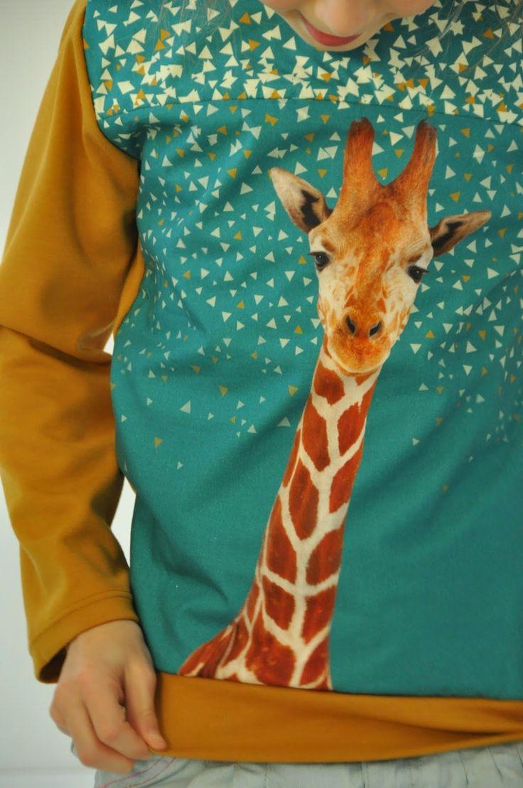 Wij houden van giraffen.En we houden van stoffen met giraffen :-)Ik was er snel bij en bestelde bij Bambiblauw een paneel.Ik had niet zo op de afmetingen gelet en dacht wel te zien wat ik er mee kon maken voor mijn grote meisjes. Net op het moment dat ik mijn jurkpatroon zocht, liet Mona weten dat z