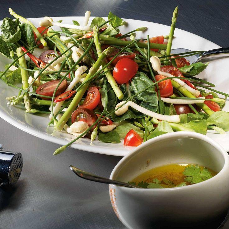 Салат из спаржи, помидоров, бобовых проростков, корна и пекинской капусты