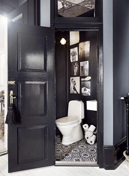 czarna łazienka z marokańską terakotą,czarno-białe fotografie na ścianie,druciany pojemnik  - Lovingit.pl