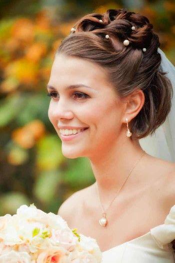 Brautfrisur als Bob mit Schleier und Perlen