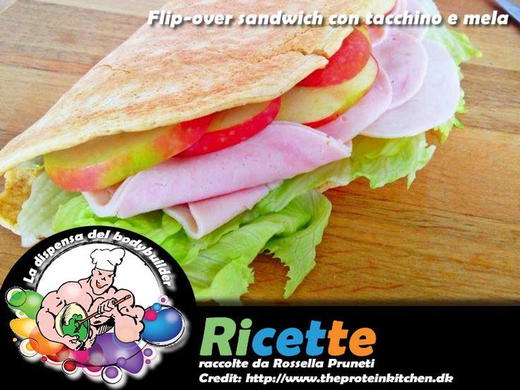 Flip-over sandwich con tacchino e mela  Per il sandwich: 2 uova 2 albumi 50 g farina d'avena 50 g formaggio cremoso magro q. b. sale, pepe, paprika 1 cucchiaino olio d'oliva evo  Per la guarnitura: q. b. tacchino mezza mela a fettine  - La dispensa del body builder