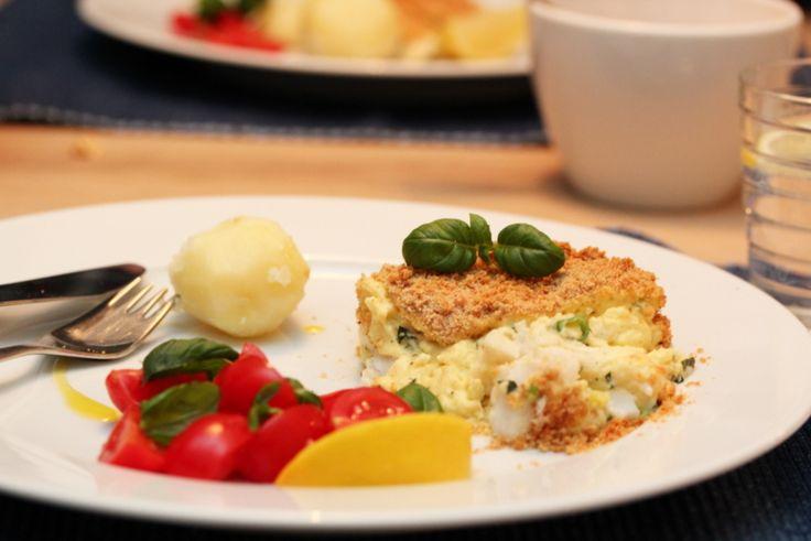 Fiskegrateng med torsk, vårløk og basilikum Brukte ikke basilikum, men ellers som oppskriften. Hadde kokte gulrøtter til istedenfor tomatsalat. Litt tradisjonelt, men VELDIG GODT!!!!