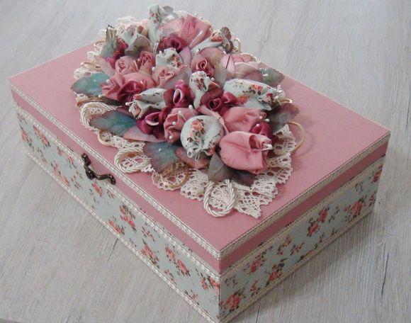 Caixa em mdf forrada com tecido 100% algodão. Apliques em flores tulipas e rosas de cetim e organza. Folhas em tecido engomado. R$ 150,00