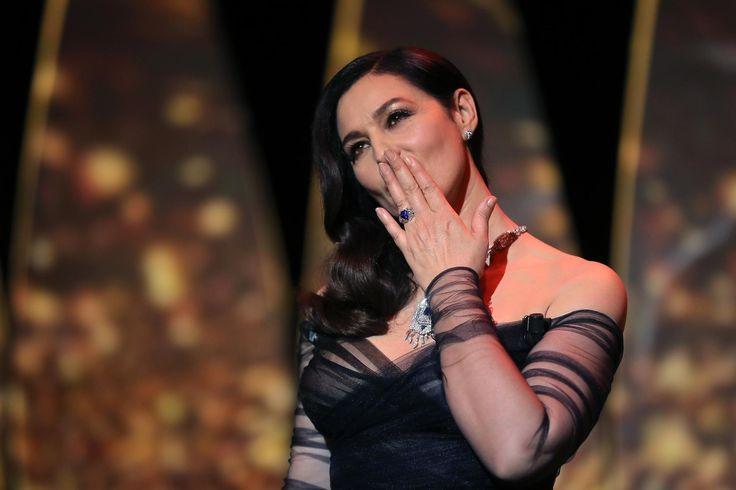 Cannes 2017 : Monica Bellucci domine Alex Lutz pour un baiser langoureux ! #FestivalDeCannes