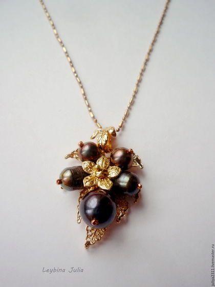 Купить или заказать Жемчужный кулон Чёрная орхидея  натуральный жемчуг купить в интернет-магазине на Ярмарке Мастеров. НАЖИМАЙТЕ НА ФОТОГРАФИИ, ЧТОБЫ ОНИ УВЕЛИЧИЛИСЬ. Сделано на заказ. Можно изготовить аналогичный цветок из белого жемчуга и серьги в комплект. Использована фурнитура с очень хорошей износостойкой позолотой розового оттенка. Носить кулон можно с любой золотой цепочкой (на фото цепочка представлена для примера и не продаётся.) Работы собраны в тематические коллекции, их список в…