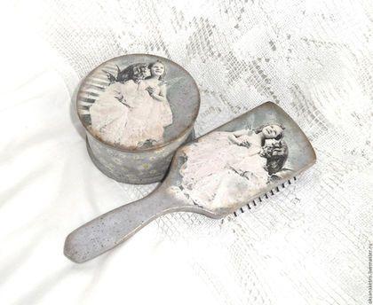 Купить или заказать Набор расческа и шкатулка Сестрички в интернет-магазине на Ярмарке Мастеров. Набор в ретро стиле состоящий из шкатулки и большой удобной деревянной расчески-щетки (зубчики щетки пластмассовые) декорированы в технике декупаж. Нежный комплект для украшения интерьера, красивый и практичный подарок для прекрасной половины человечества. Расческа и шкатулка деликатно состарены и покрыты матовым лаком При изготовлении всех работ использованы только безопасные материалы на водной…