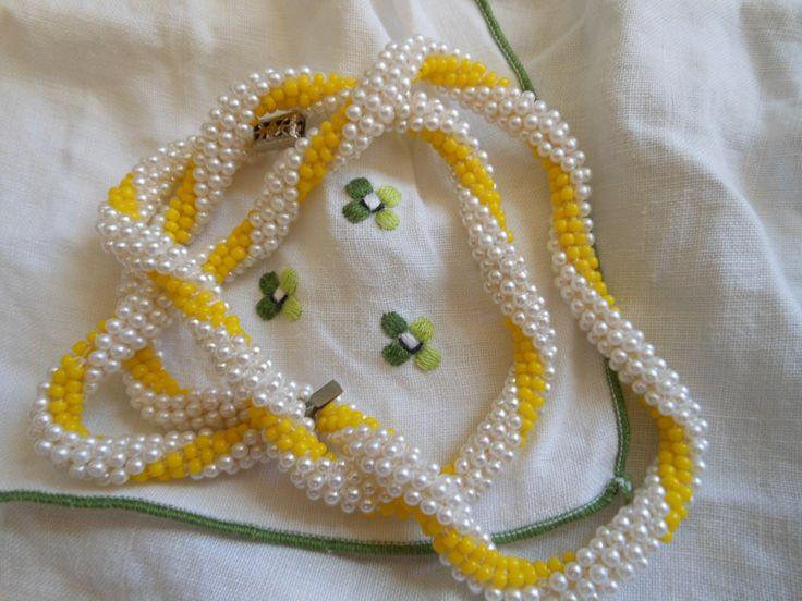 Collar hechoa crochet con cuentas.