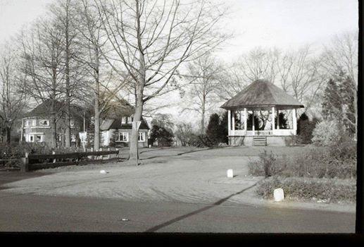 Op de plaats van de koepel staat nu ongeveer het Herdenkingsmonument naast de oude Parkschool