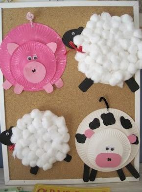 Animales de granja con platos de plástico